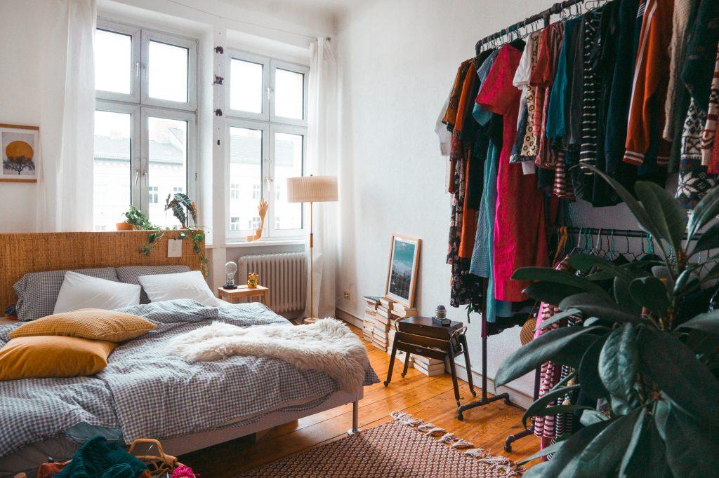 Blick in ein Gästezimmer mit Bett, garderobe zur Rechten und Vintage-Flair