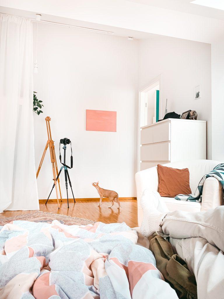 Blick aus dem Bett auf eine Staffelei, Sessel und eine Nacktkatze - Der 7. Himmel über Berlin