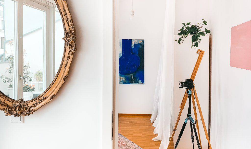 Blick ins Schlafzimmer, aber gleichzeitig in einen antiken Spiegel, der die Dachterrasse spiegelt - Der 7. Himmel über Berlin