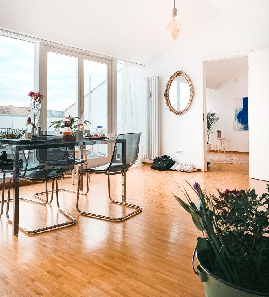 Einblick ins Wohnzimmer, den Frühstückstisch und im Hintergrund die Tür zum Schlafzimmer - Der 7. Himmel über Berlin