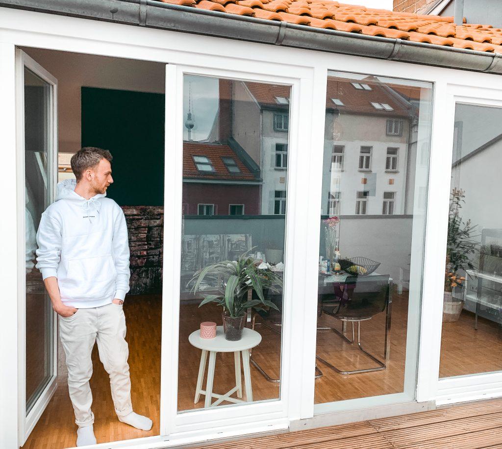 Mann steht in der Tür zu seiner Dachterrasse - Der 7. Himmel über Berlin