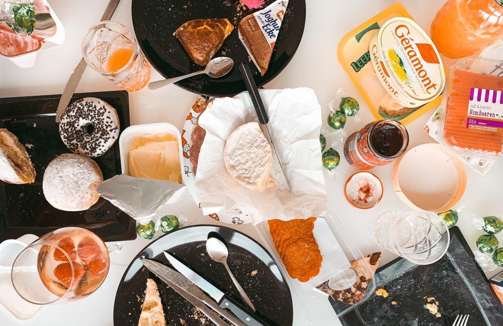 Draufblick auf einen Frühstückstisch nach dem Essen - Der 7. Himmel über Berlin