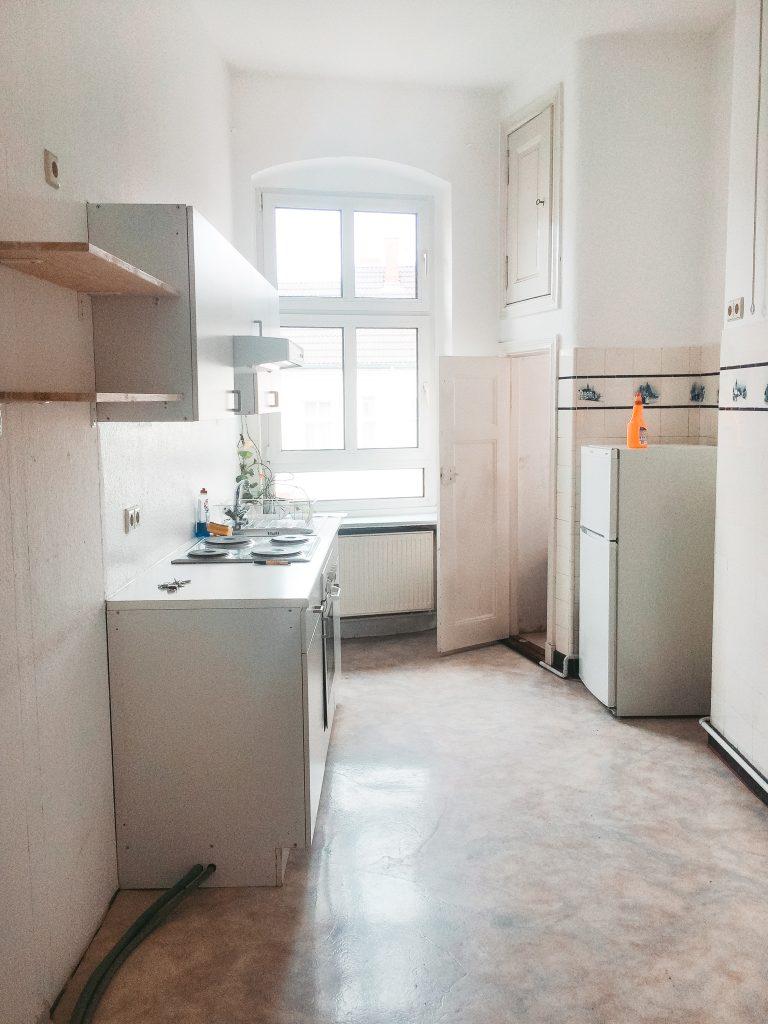 Eine leere Küche, direkt nach dem Einzug ohne jegliche Dekoration