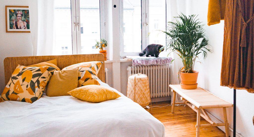 Deko-Tipps zum Wohlfühl-Wohnen - Ikea Delaktig Bett mit Tänkvärd Bank in Altbau mit Dielenboden, Kissen und Katze auf dem Fensterbrett