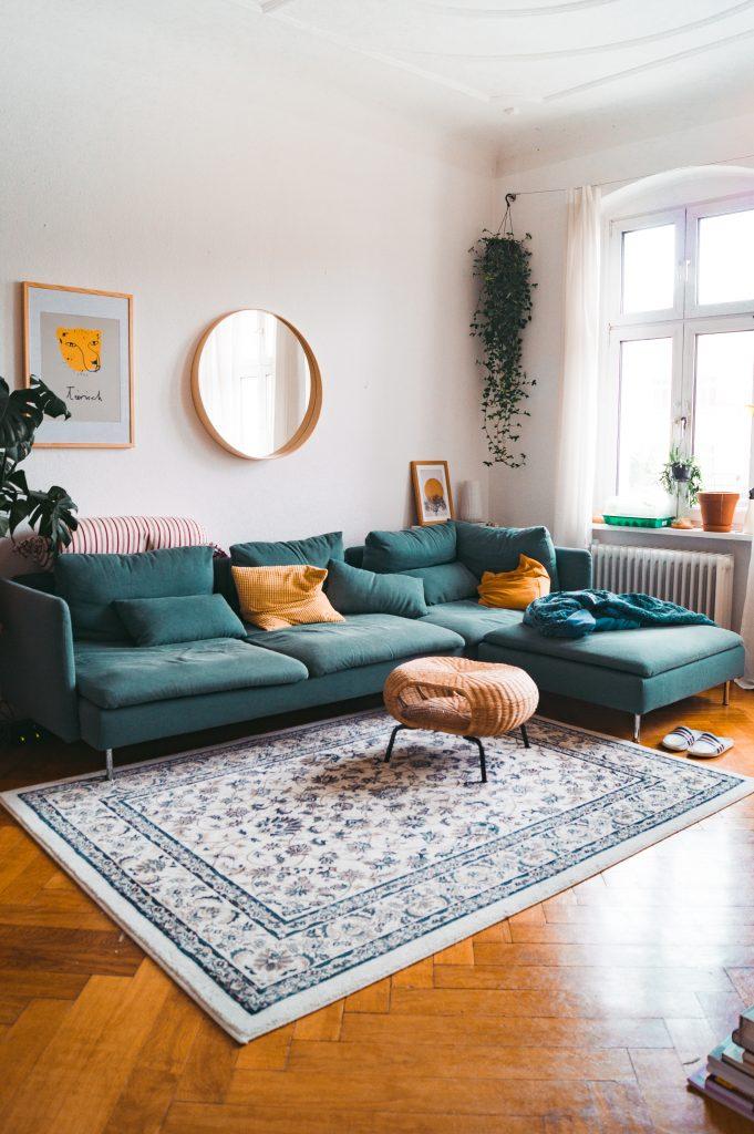 farbenfrohe Einrichtung mit Ikea Möbeln und der Hauptmerk auf dem pertrol farbenen Söderhamn Sofa