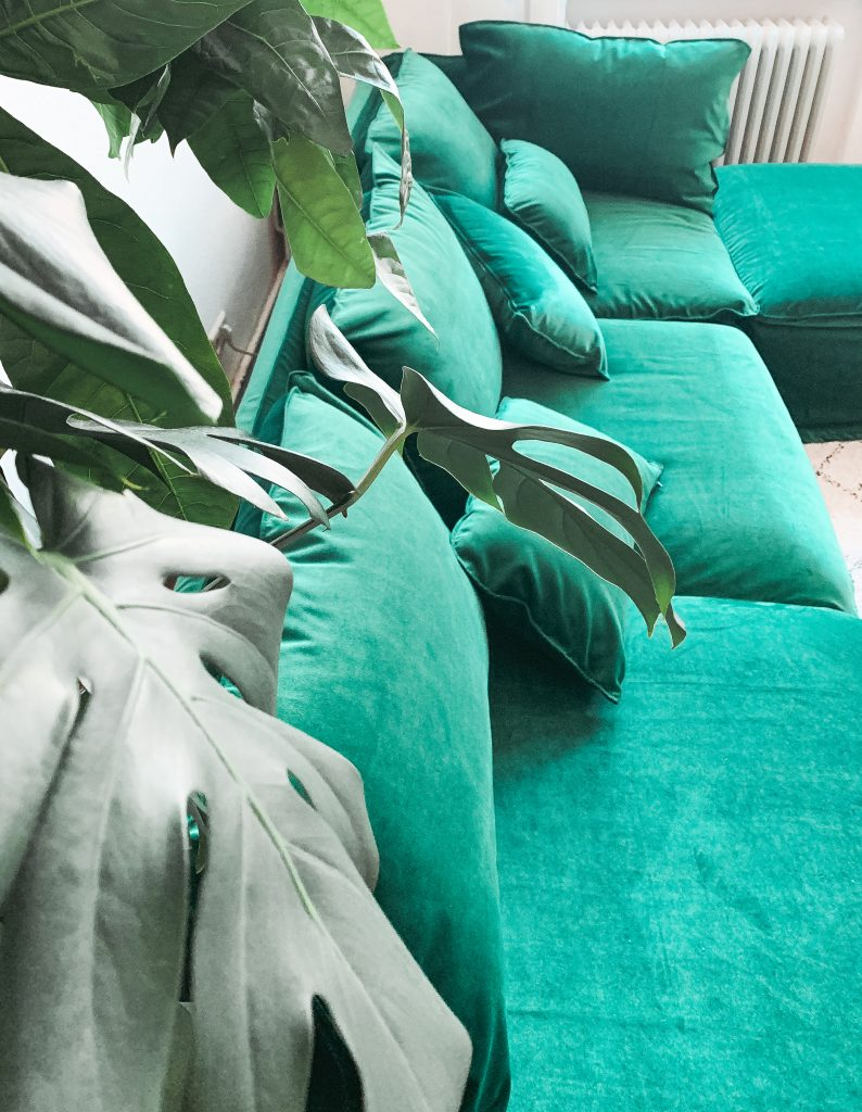 Blick in das Wohnzimmer von Fridlaa mit dem Söderhamn Sofa von Ikea und Simply Velvet Ivy Green Bezug von Bemz