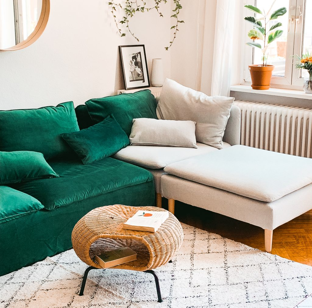 Blick in das Wohnzimmer von Fridlaa mit dem Söderhamn Sofa von Ikea und Simply Velvet Ivy Green und Brinken Herringbone Silver Grey Bezügen von Bemz