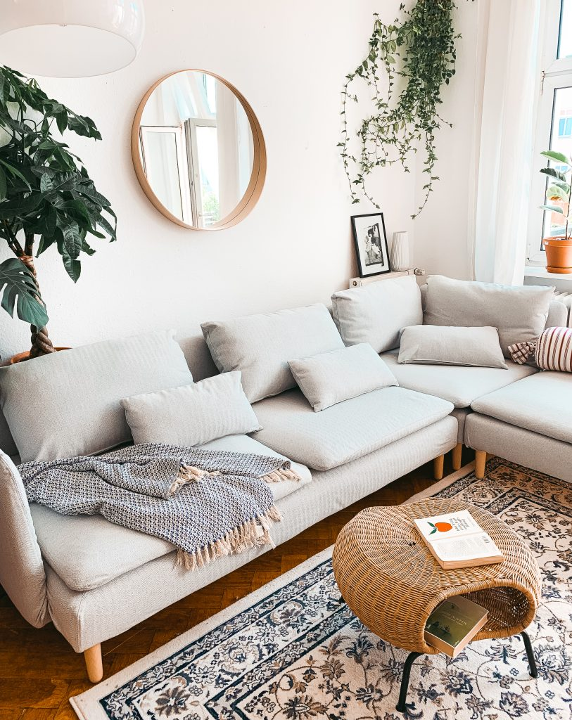 Blick in das Wohnzimmer von Fridlaa mit dem Söderhamn Sofa von Ikea und dem Brinken Herringbone Silver Grey Bezug von Bemz