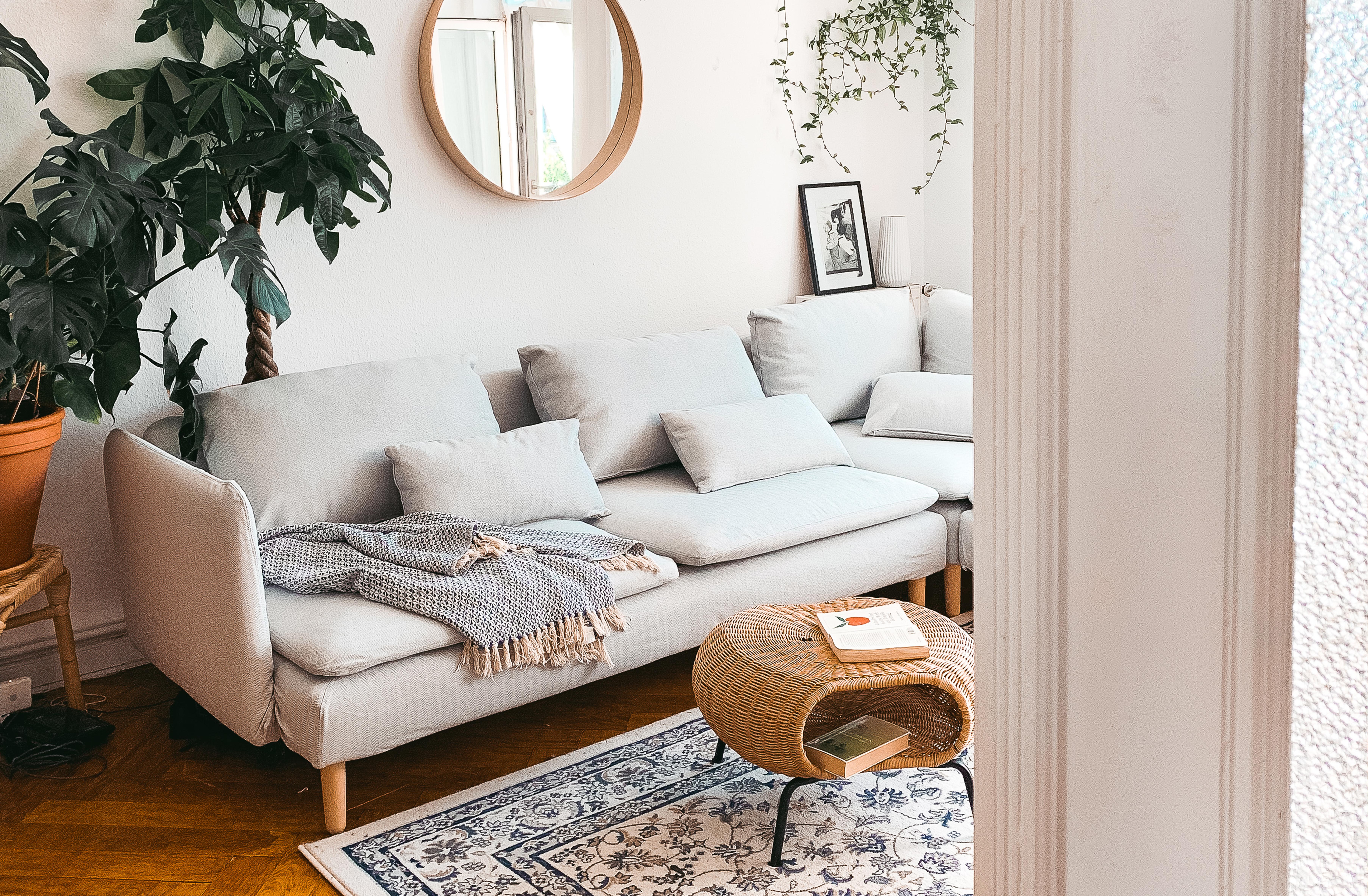 Einblick ins hell gehaltene Wohnzimmer von Fridlaa und dem Ikea Södehamn Sofa mit Bezügen von Bemz