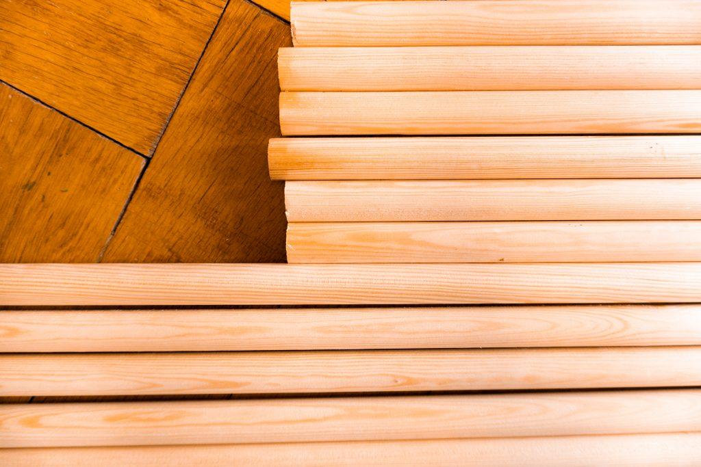Die benötigten zugeschnittenen Holzstäbe für den DIY - Raumtrenner von Fridlaa