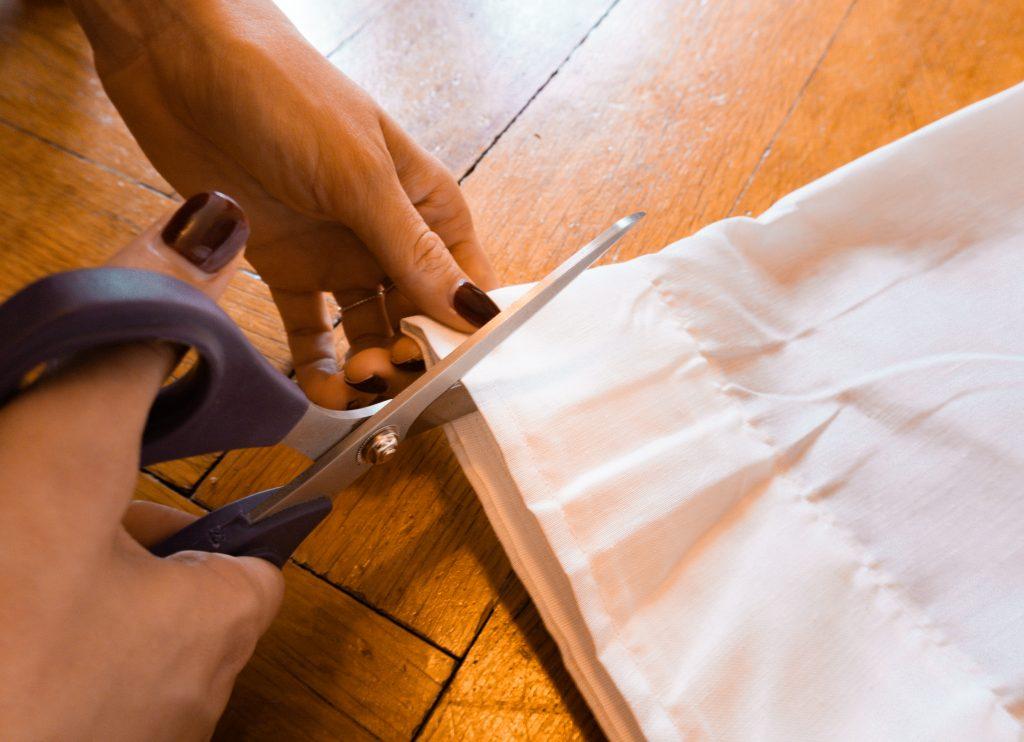 Der Stoff für den DIY Paravent von Fridlaa wird zugeschnitten