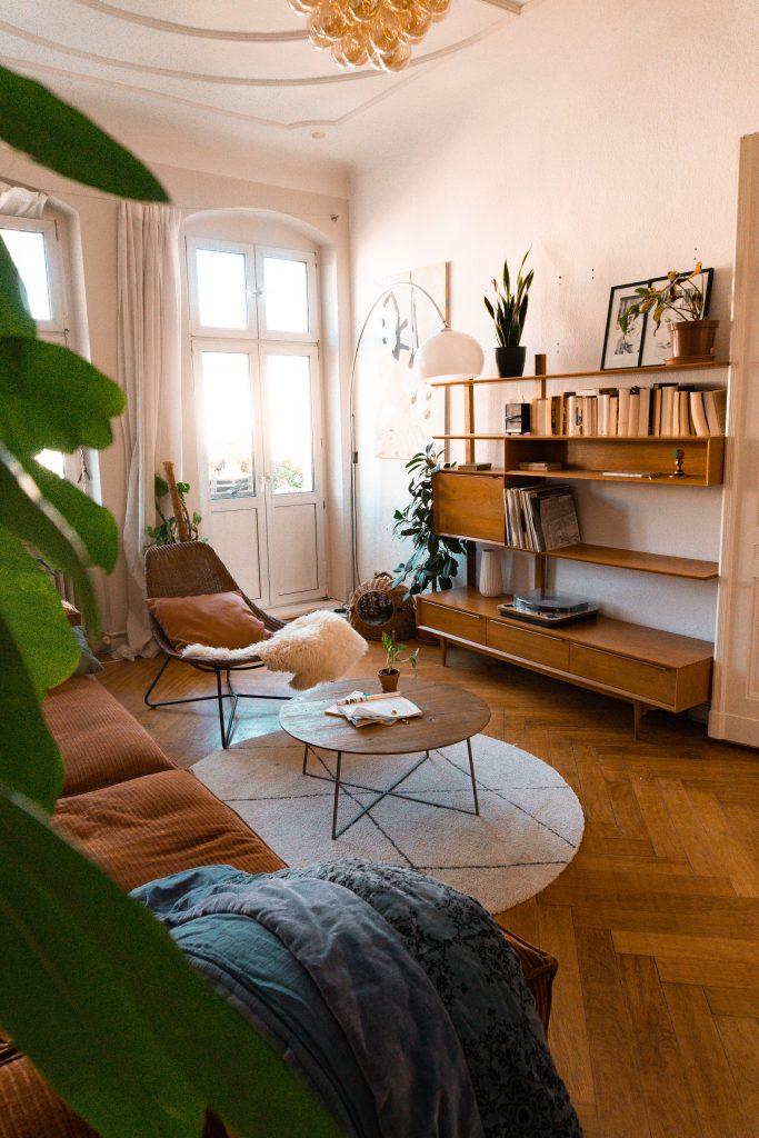Einblick in Fridlaas Wohnzimmer mit Blick auf das Vintage-Möbelstück von Maisons du Monde und passendem Interieur, sowie einem Couchtisch Leandra von Delife