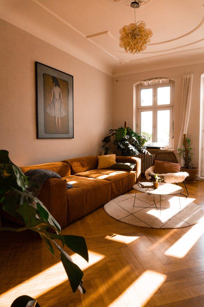 das lichtdurchflutete Wohnzimmer von Fridlaa mit Fokus auf das Bolia Sofa Cosima und dem Werk IRMA von Lumas