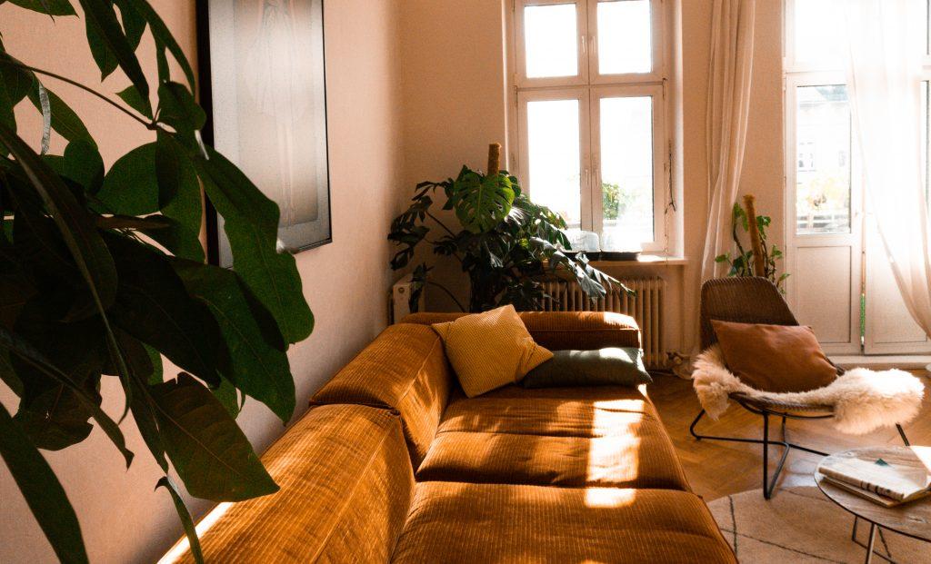 Fridlaas Wohnzimmer, dass das rostfarbene Bolia Sofa Cosima zeigt und lichtdurchflutet den Fokus auf gemütliches Interior und den Couchtisch setzt