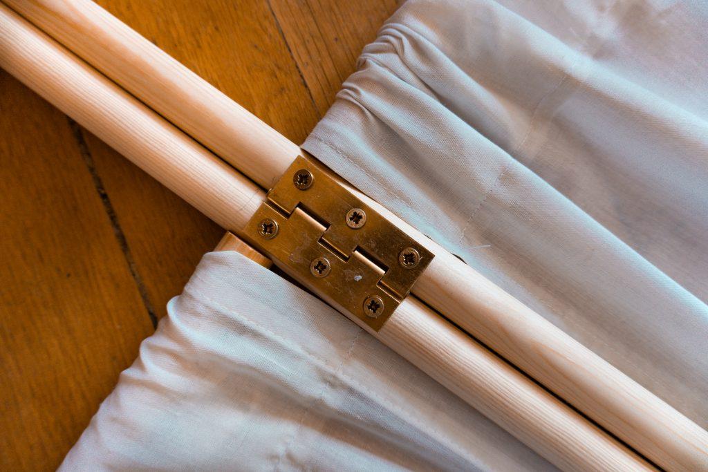 Fridlaas selbstgebauter Paravent aus wenigen Materialien und kleinem Zeitaufwand wird mit Winkeln verbunden