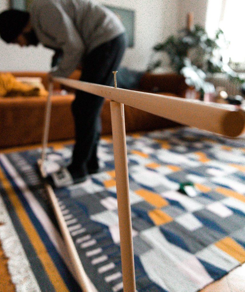 Fridlaas einfache Handtuchleiter, gebaut aus wenigen Einzelteilen, bringt Ordnung und Ruhe in ein kleines Badezimmer