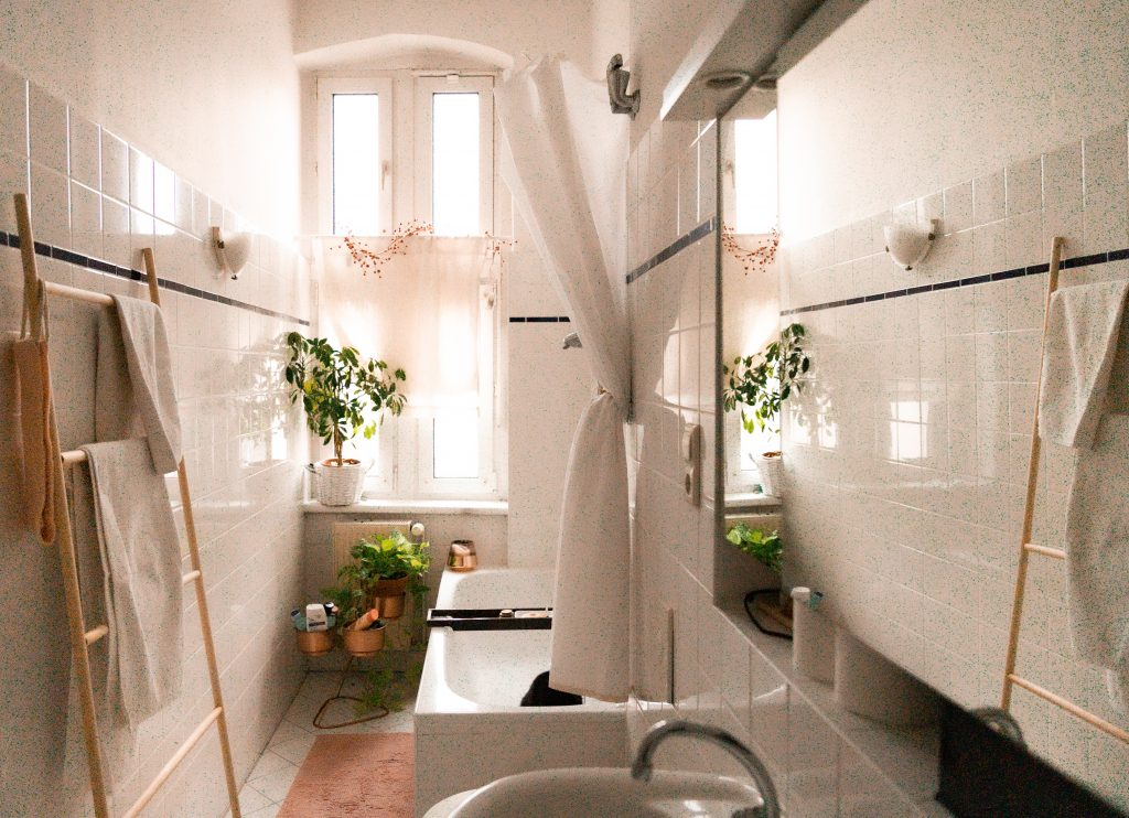 DIY - deine einfache Handtuchleiter aus Holzstangen im Boho-Badezimmer von Fridlaa