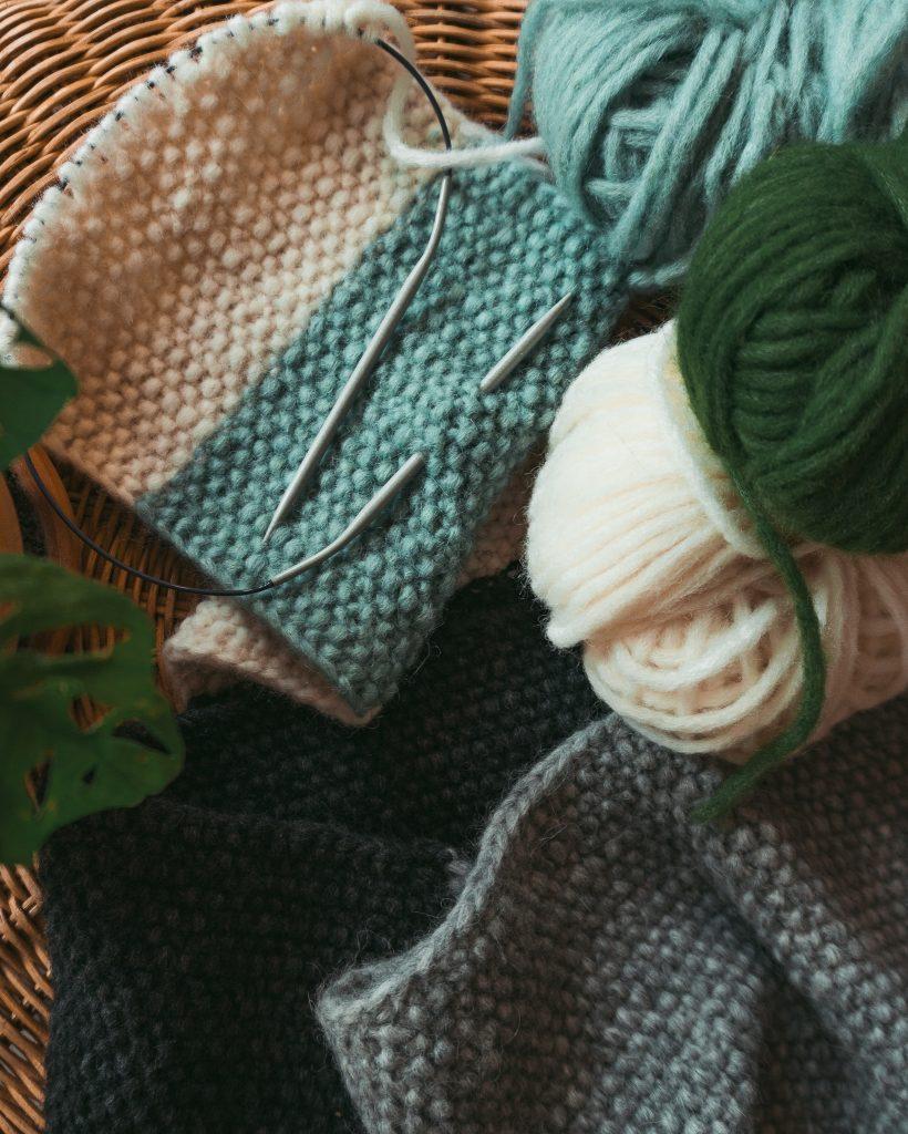 Fridlaa zeigt mit Anleitung und Video-Tutorials, wie man aus Wolle, Stricknadeln und Vernähnadeln einen Schal strickt