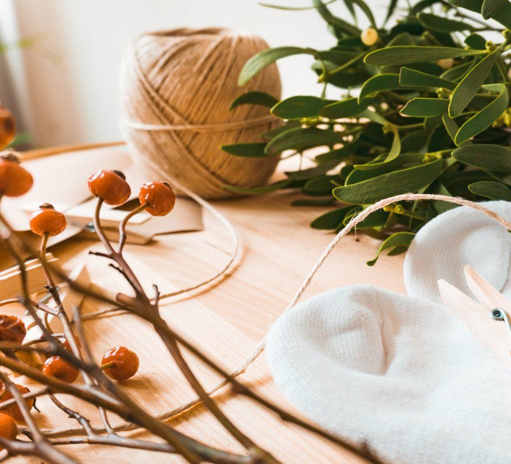 Fridlaa bastelt Stück für Stück in einem DIY aus Nike Socken, Mistelzweig, Beeren und Naturmaterialien einen Last Minute Adventskalender