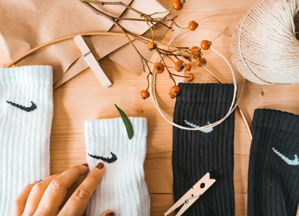 Fridlaa Tutorial für einen schnellen Adventskalender aus Nike Socken, Mistelzweig, Beeren und Naturmaterialien