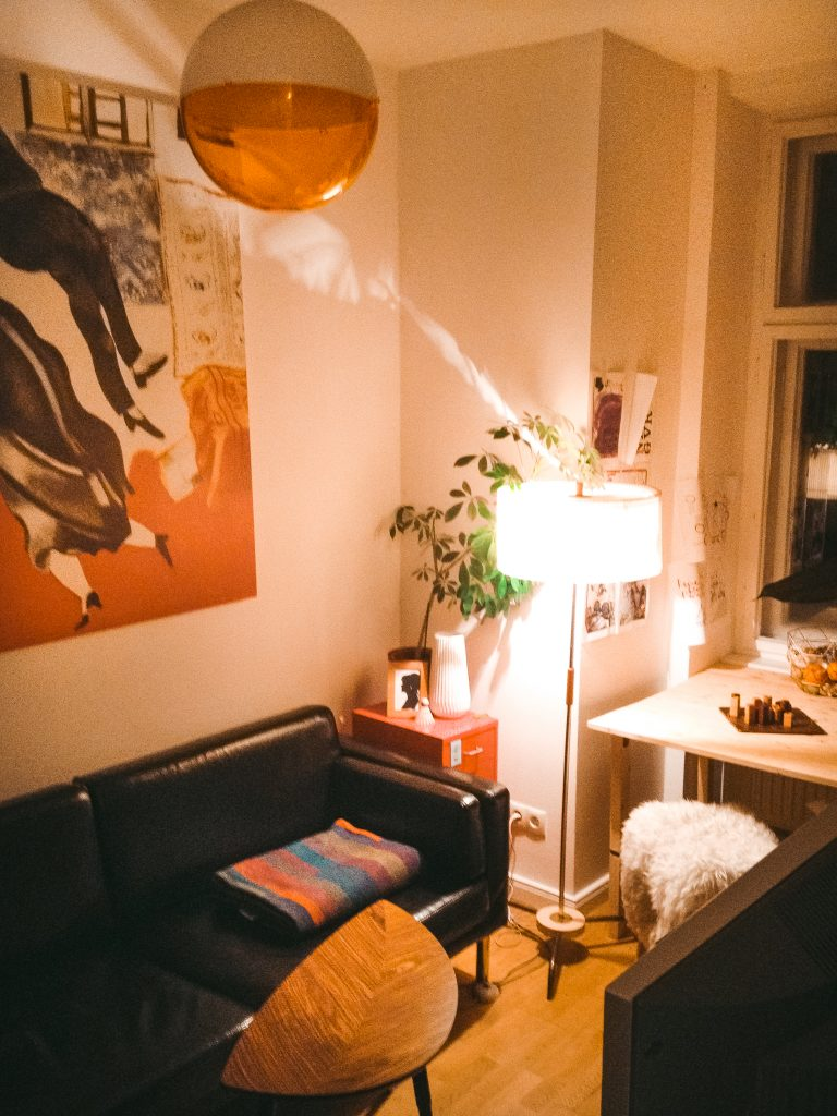 Blick in Fridlaas Mini-Wohnzimmer mit IKEA Sofa und DIY Esstisch in ihrer kleinen ersten Wohnung Berlin mit 1,5 Zimmern
