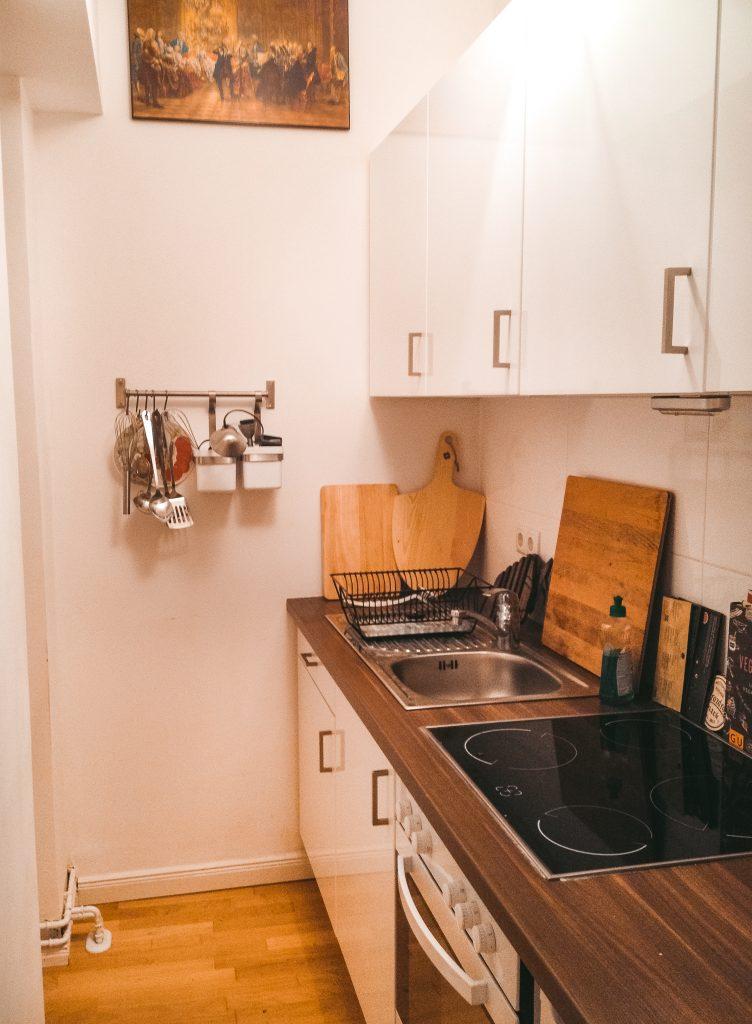 Carlas Mini-Wohnung mit 30 Quadratmeter und nur 1,5 Zimmern im Hinterhof von Berlin und deer Blick in die offene Küche