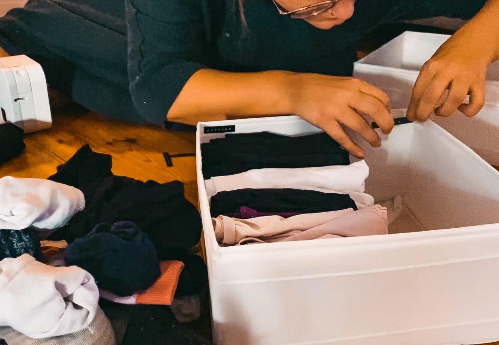 Ordnung halten mit System - Fridlaa klebt Etiketten des P-Touch Cubes von Brother und Organisiert ihre Kleidung damit
