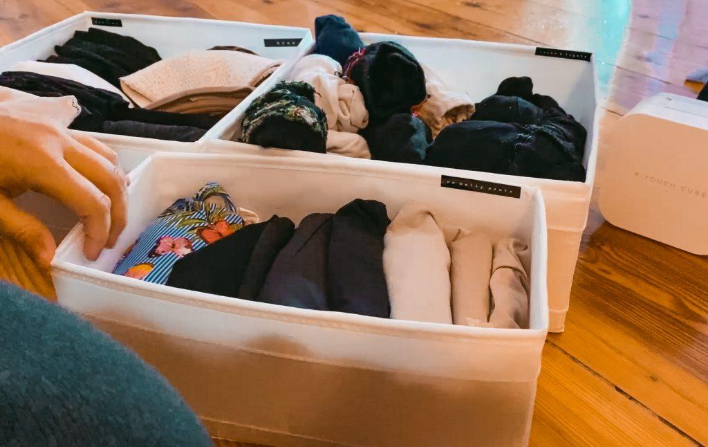 Fridlaa klebt Etiketten des P-Touch Cubes von Brother und Organisiert ihre Kleidung damit