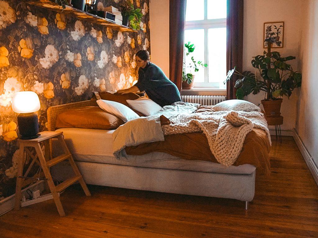 Ordnung halten mit System - Fridlaa schafft Ordnung in ihrem Schlafzimmer und macht das Bett